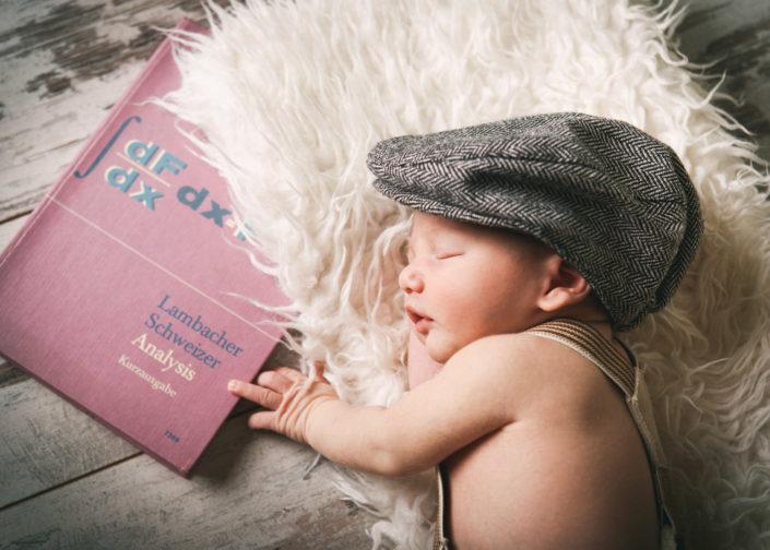 Neugeborenen Foto Baby mit Buch Fotograf Mosbach